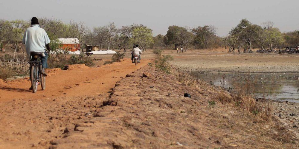 La digue d'accès au village