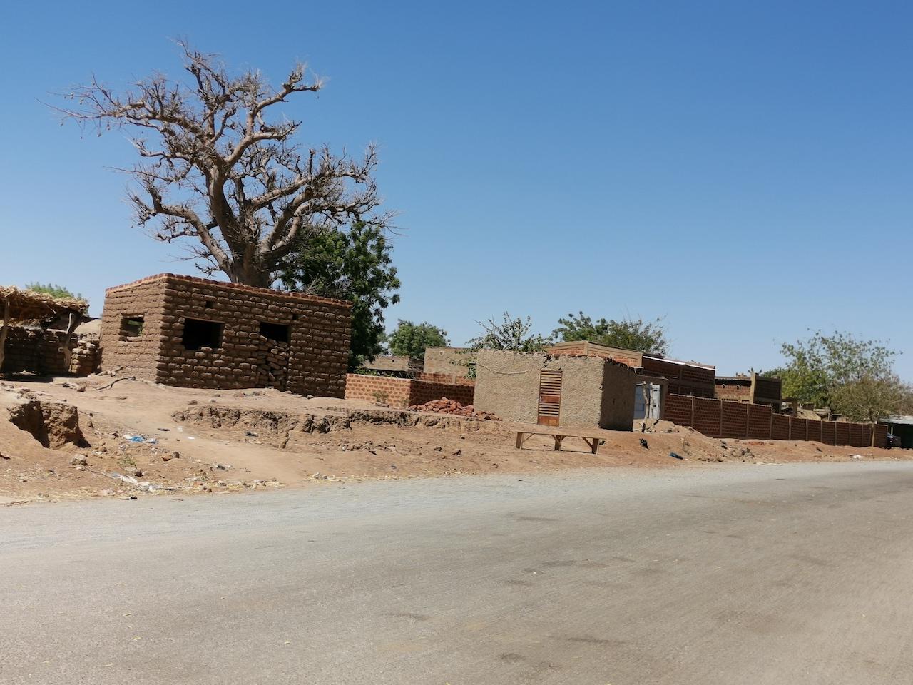 La route bitumée qui traverse Biba